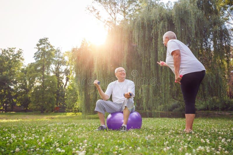 Couples de famille de retraité s'exerçant dehors Concept de sain photographie stock