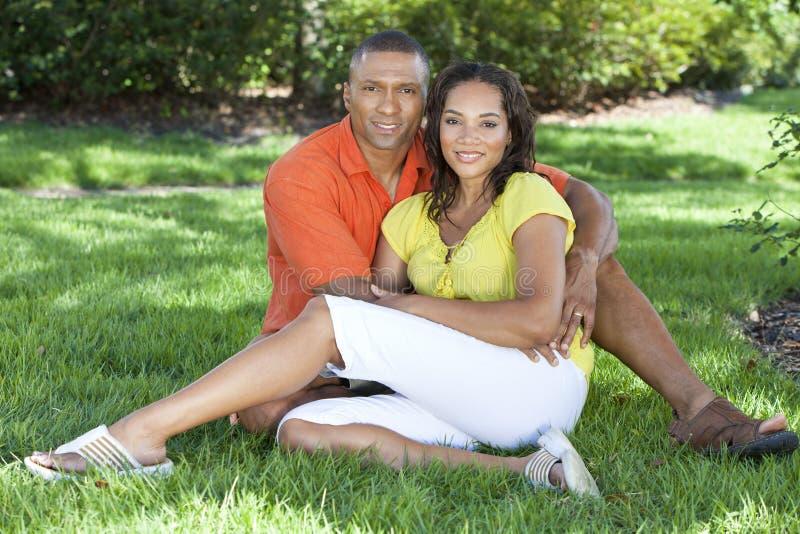 Couples de femme et d'homme d'Afro-américain à l'extérieur photographie stock