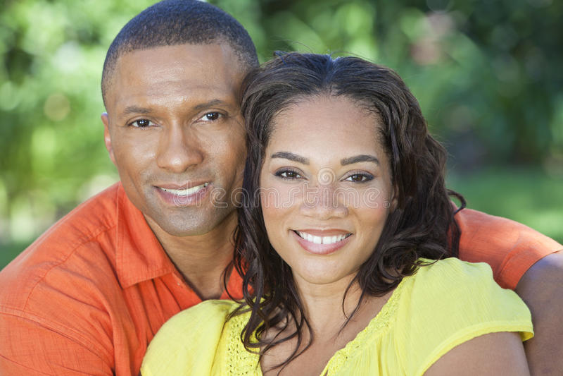 Couples de femme et d'homme d'Afro-américain à l'extérieur photos libres de droits