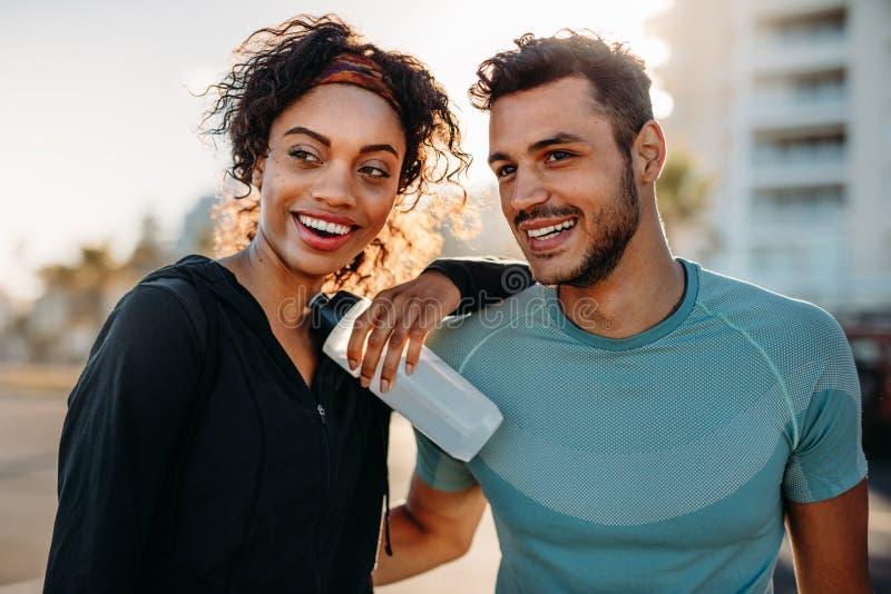 Couples de forme physique se tenant dehors photo stock