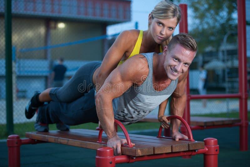 Couples de forme physique sur une séance d'entraînement de rue photos libres de droits