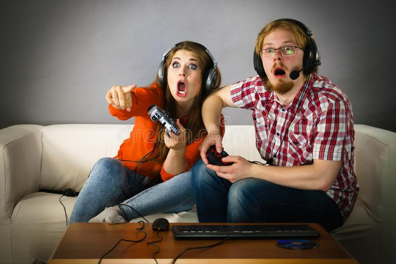 Couples de Gamer jouant des jeux photographie stock libre de droits