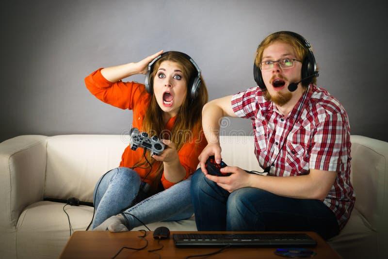 Couples de Gamer jouant des jeux image libre de droits