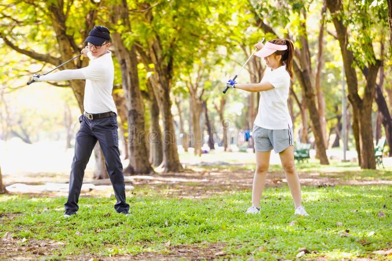 Couples de golf photographie stock libre de droits