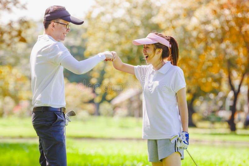 Couples de golf images libres de droits