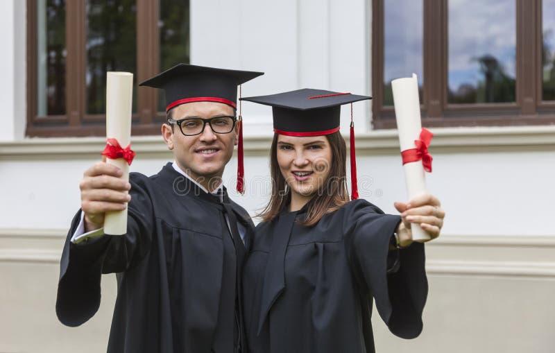 Couples de graduation heureux photos libres de droits