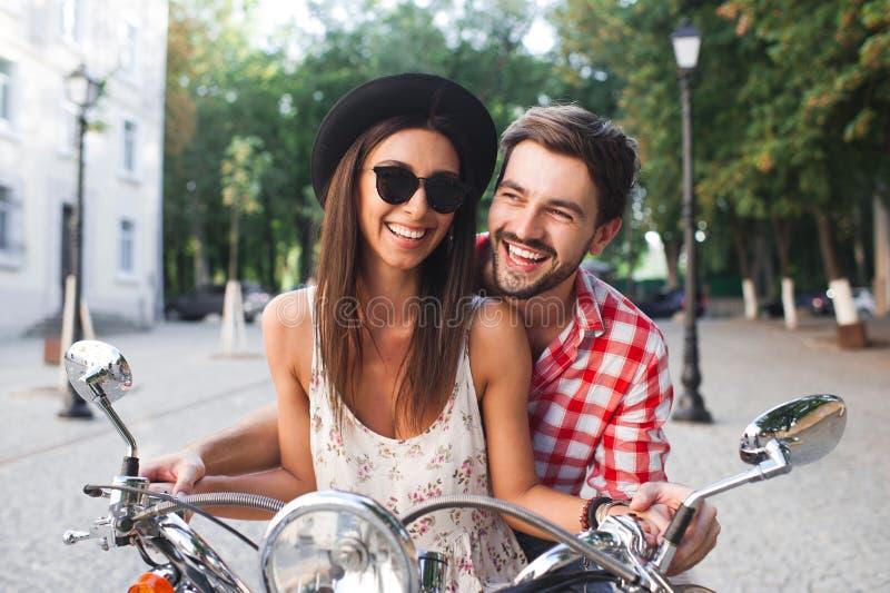 Couples de hippie ayant l'amusement extérieur sur le scooter en été image libre de droits