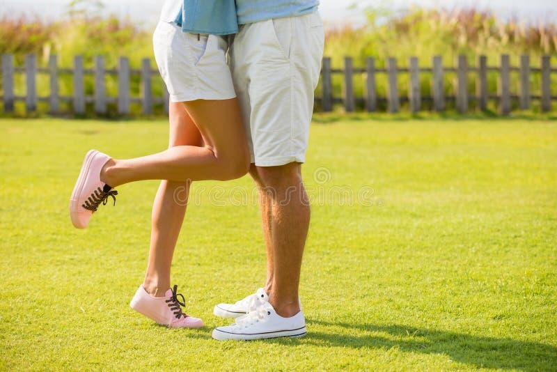 Couples de hippie embrassant dehors sur l'herbe verte image libre de droits