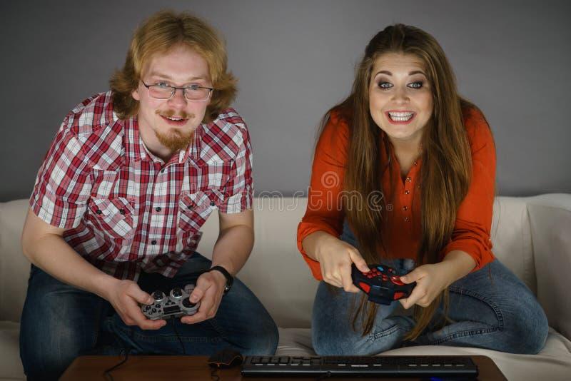 Couples de jeu jouant des jeux photographie stock libre de droits