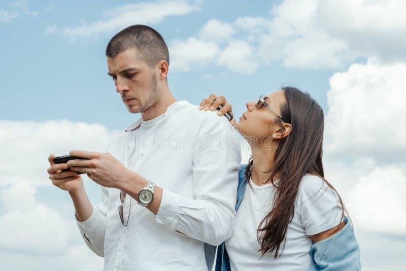 Couples de jeune beaux homme et de femme étreignant dehors au jour d'été ensoleillé photographie stock libre de droits