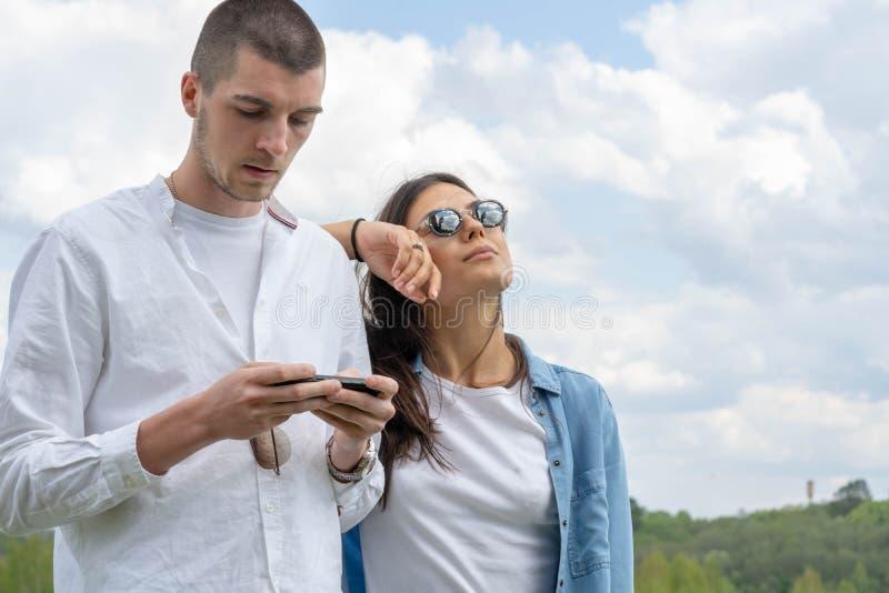 Couples de jeune beaux homme et de femme étreignant dehors au jour d'été ensoleillé image stock