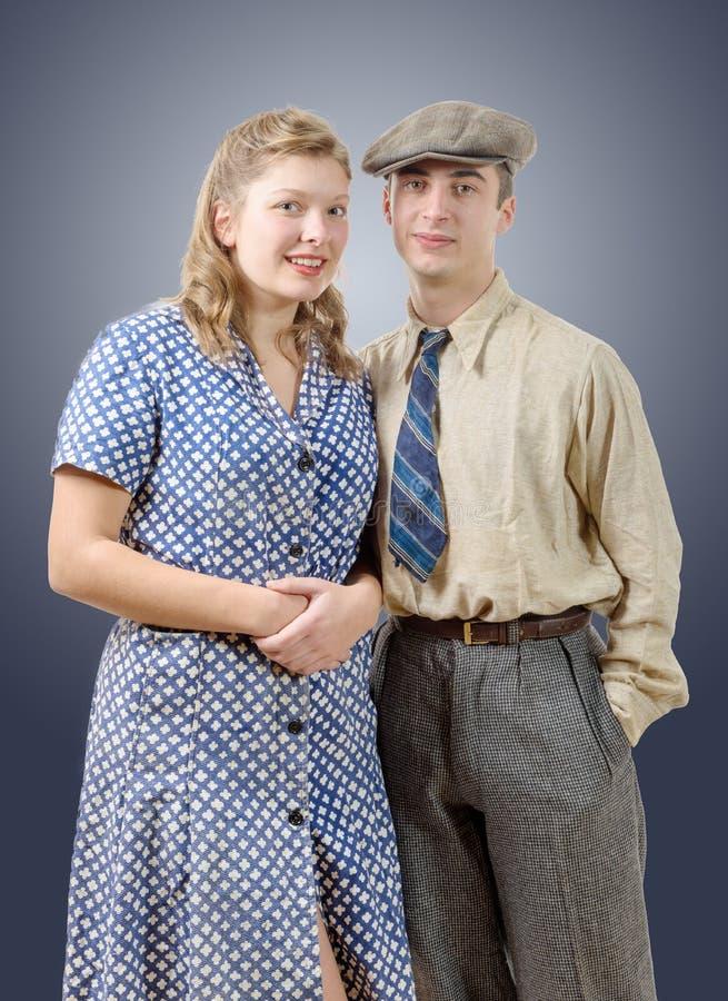 Couples de jeune travailleur dans l'habillement de vintage photos libres de droits