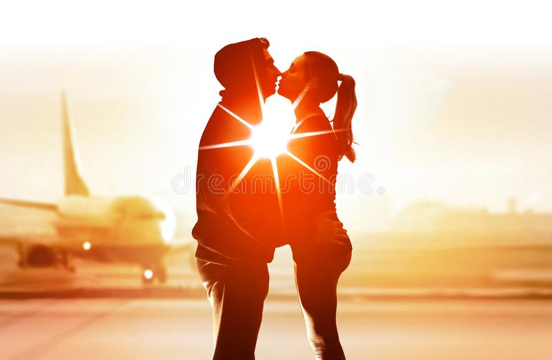 Couples de jeunes amants dans l'aéroport image stock
