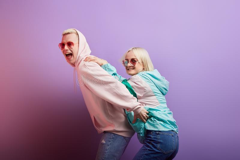 Couples de jeunes homme et femme ?motifs de personnes sur le fond rouge photos stock