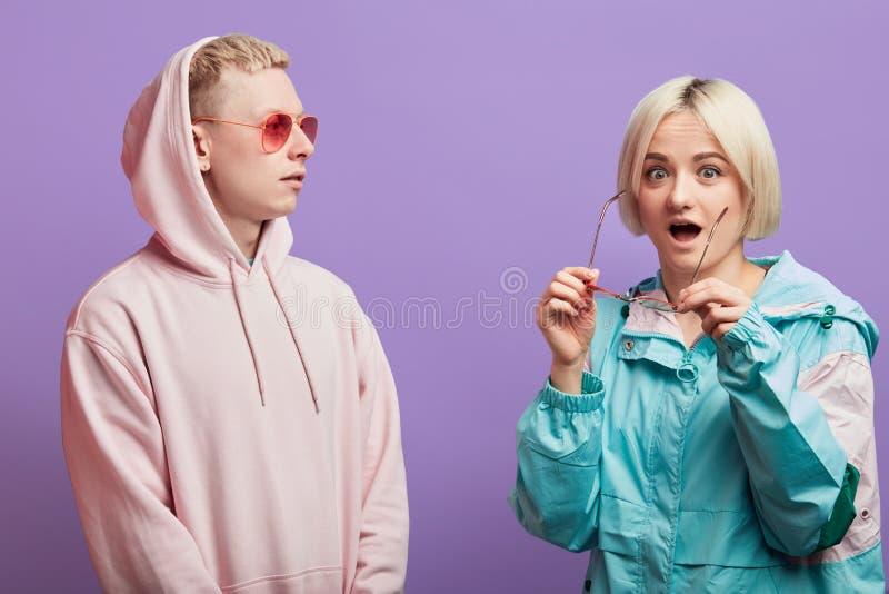 Couples de jeunes homme et femme ?motifs de personnes sur le fond rouge photo libre de droits