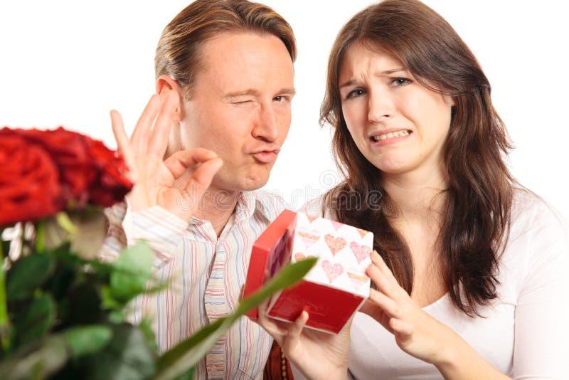 Couples de jour du ` s de Valentine échangeant des cadeaux images libres de droits