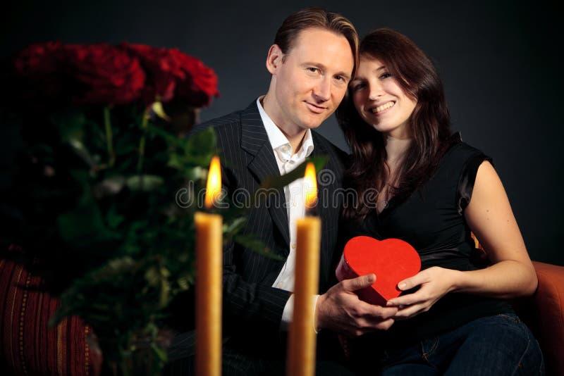 Couples de jour du ` s de Valentine échangeant des cadeaux image stock