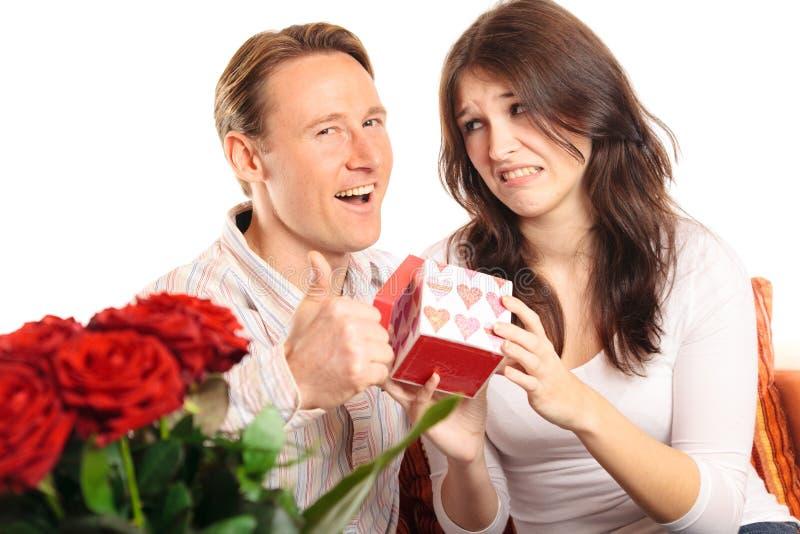 Couples de jour du ` s de Valentine échangeant des cadeaux photo stock