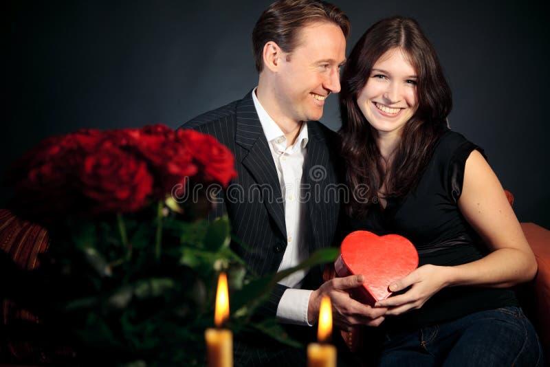 Couples de jour du ` s de Valentine échangeant des cadeaux photo libre de droits