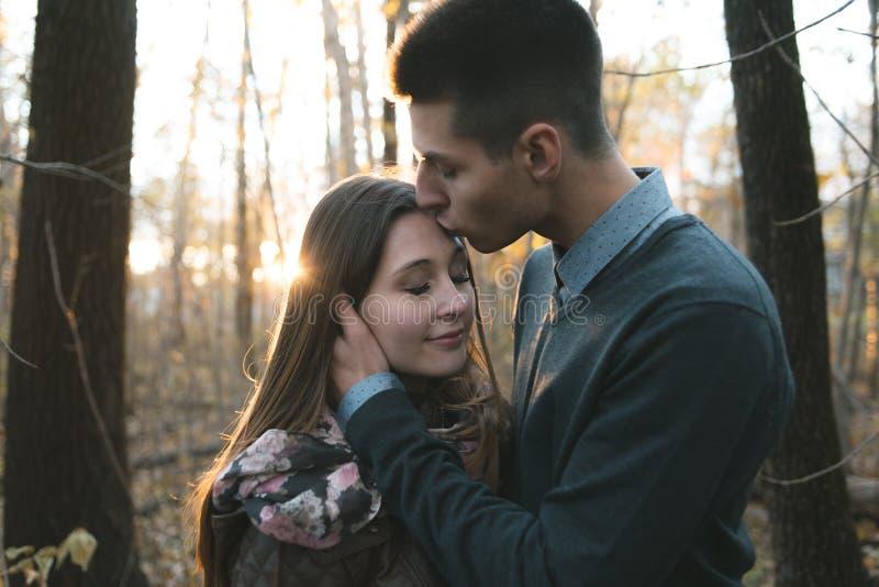 Couples de l'adolescence au parc d'automne photographie stock