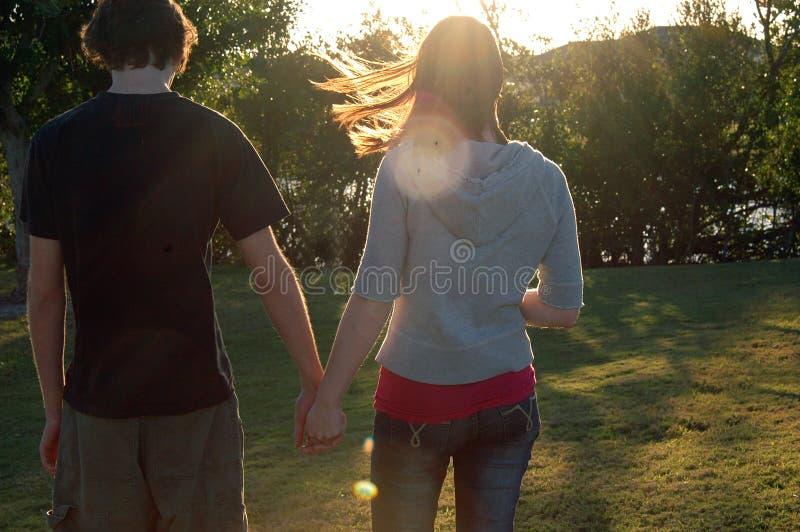 Couples de l'adolescence en stationnement photographie stock libre de droits