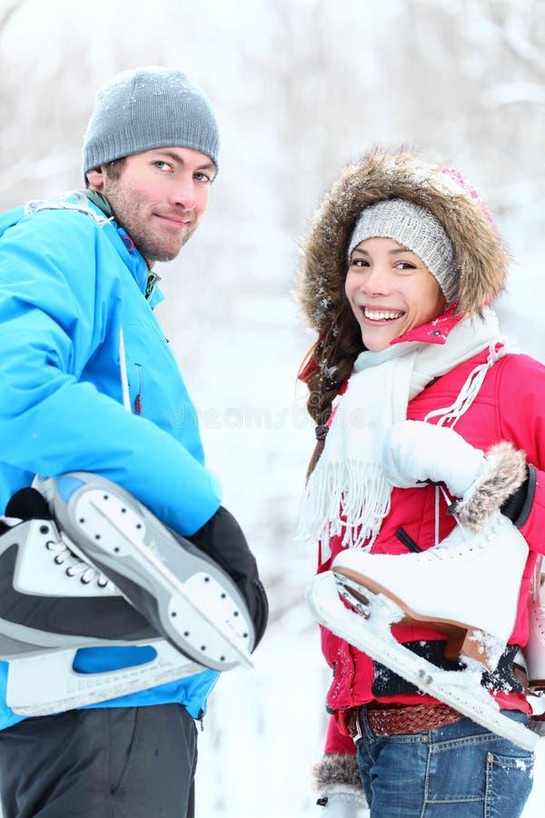 Couples de l'hiver de patinage de glace photographie stock