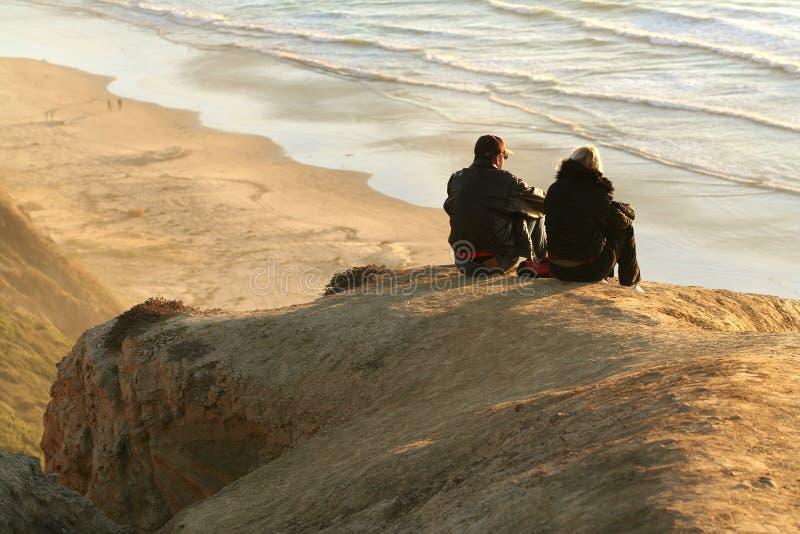 Couples de la plage du noir photographie stock