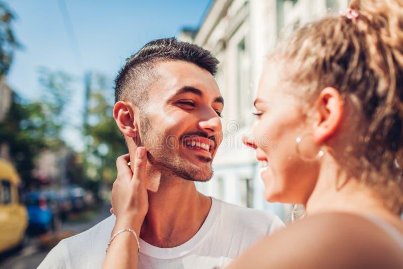 Couples de métis dans l'amour marchant dans la ville Homme arabe et son rire blanc d'amie étreindre des jeunes de gens photos libres de droits