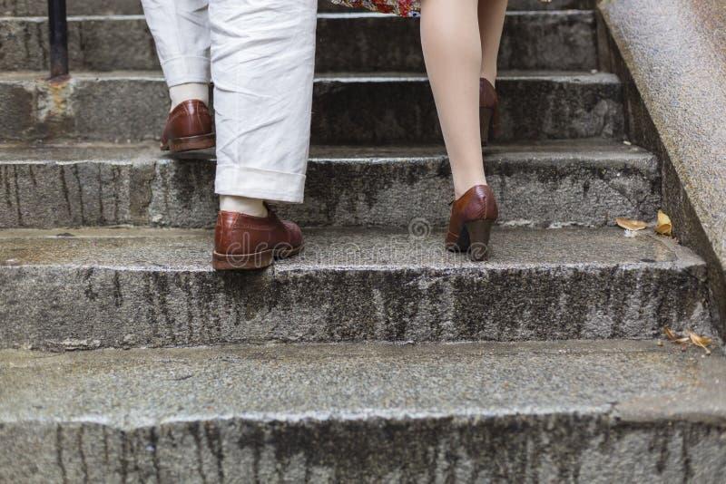 Couples de marche dans des escaliers de Paris photo stock