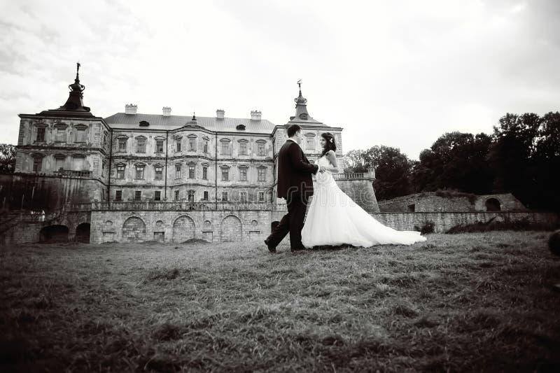 Couples de mariage à côté de château en Ukraine occidentale images stock