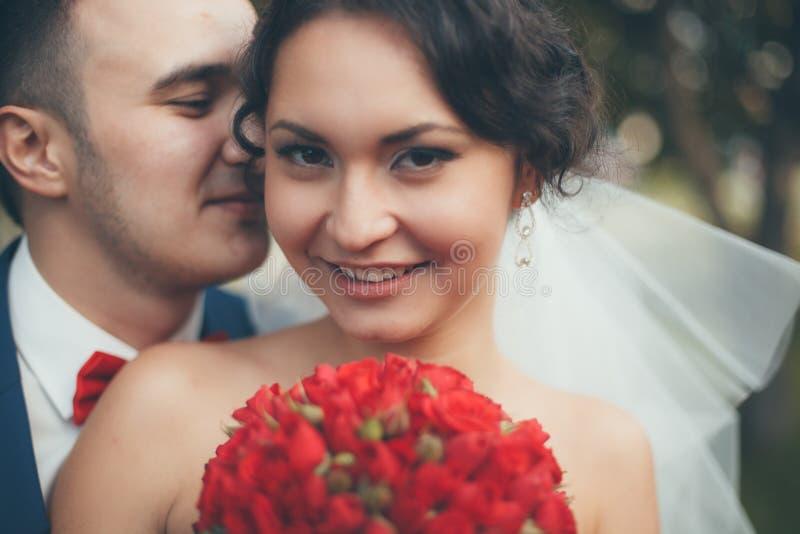 Couples de mariage dans la configuration romantique image stock