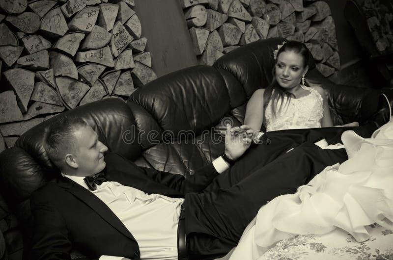 Couples de mariage dans la rétro chambre images stock