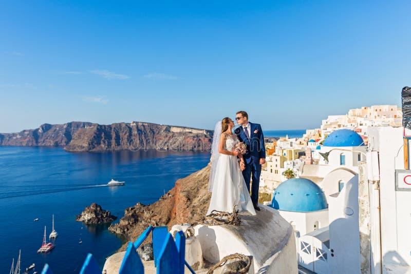 Couples de mariage dans Santorini images stock