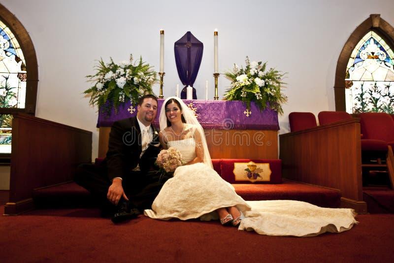 Couples de mariage dans une église photographie stock libre de droits