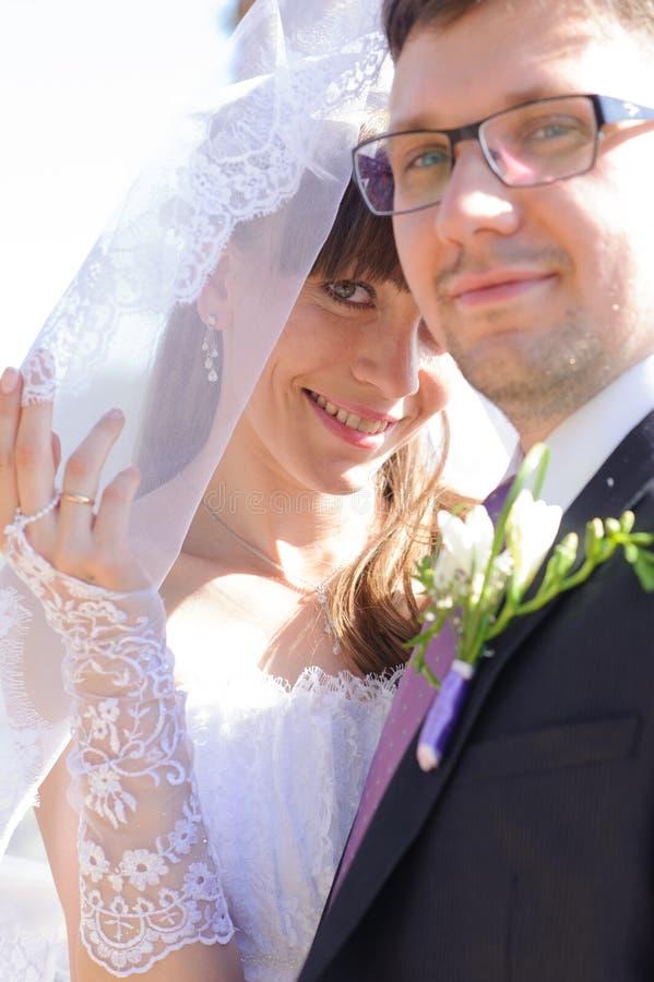 Couples de mariage en stationnement photos libres de droits