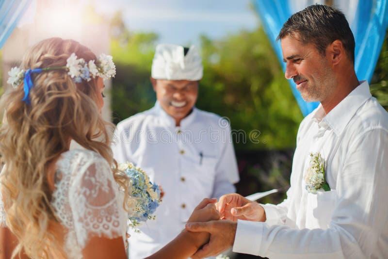 Couples de mariage juste mariés photos libres de droits
