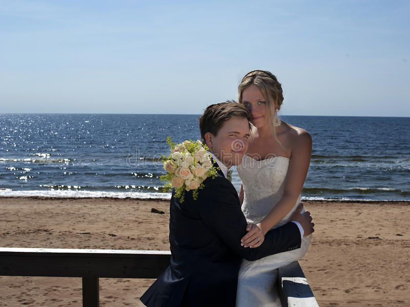 Couples de mariage par le bord de la mer. images libres de droits
