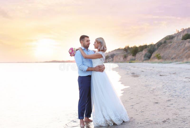 Couples de mariage Position de jeunes mariés photo stock