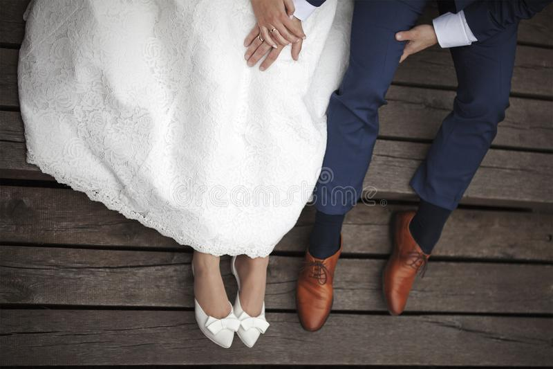 Couples de mariage se reposant sur le pilier photographie stock libre de droits