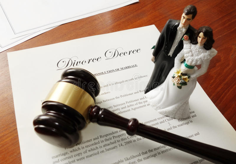 Couples de marteau de document de divorce photographie stock libre de droits
