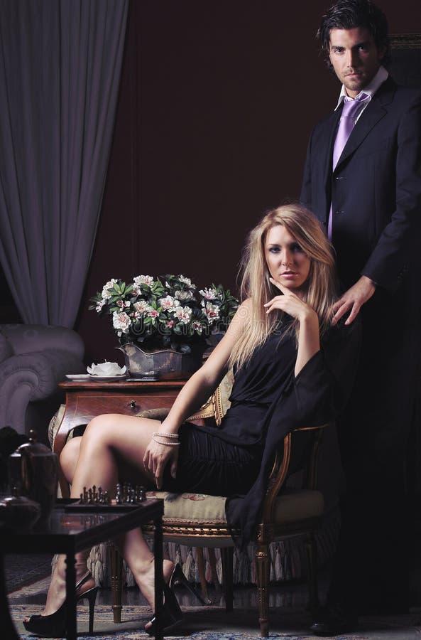 Couples de mode dans discret photos libres de droits