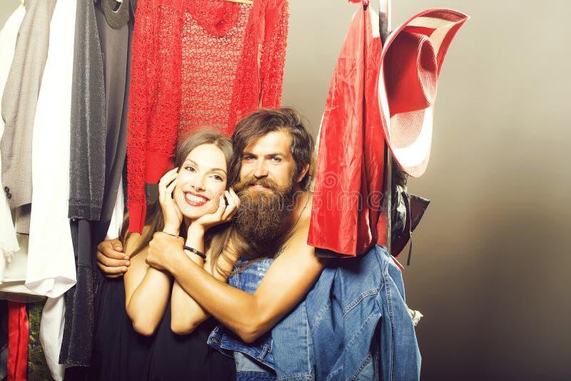 Couples de mode dans le cabinet photos stock