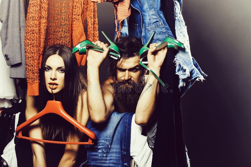 Couples de mode dans le cabinet photos libres de droits