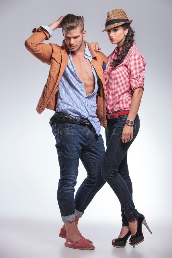 Couples de mode posant tout en regardant vers le bas photographie stock