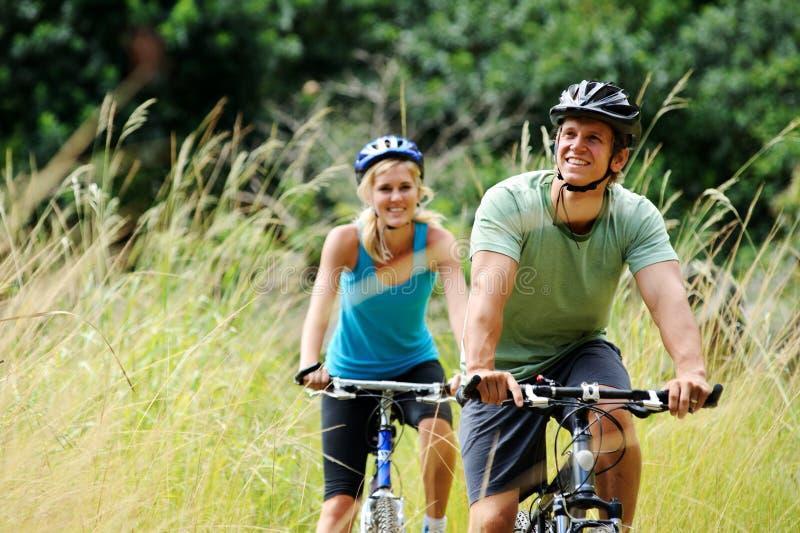 Couples de Mountainbike à l'extérieur images libres de droits