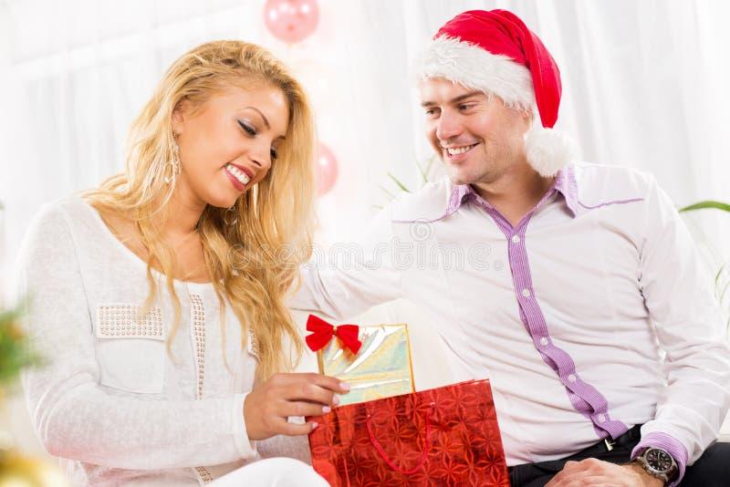 Couples de Noël heureux images stock