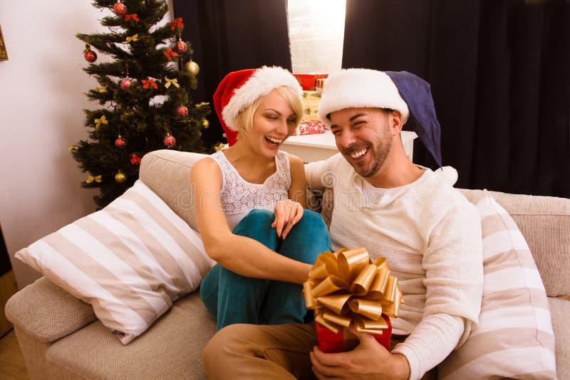 Couples de Noël heureux célébrant la nouvelle année photos stock