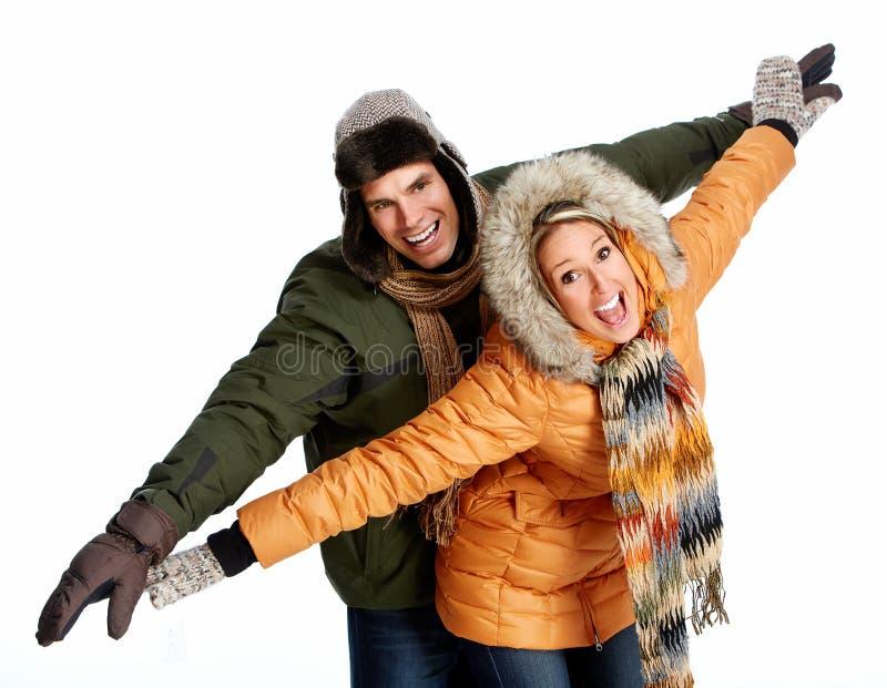 Couples de Noël heureux dans l'habillement d'hiver. photographie stock