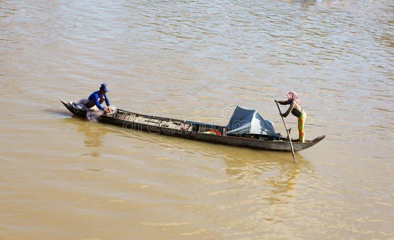 Couples de pêcheur travaillant à la rivière photographie stock libre de droits