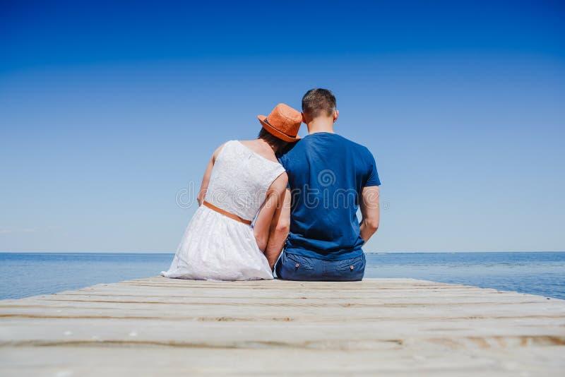 Couples de plage appréciant des vacances romantiques de vacances d'amusement image stock